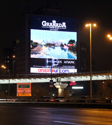 Реклама на медиафасаде при въезде в Химки